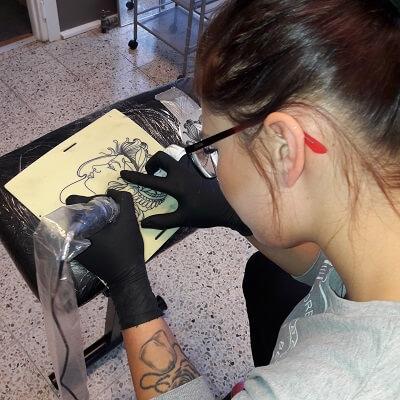 Tatuointi harjoitusnahkaan