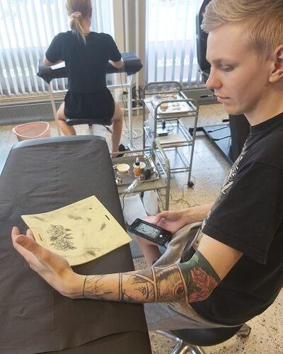 Eemelin eka tatuointi harjoiteltiin ensin harjoitusnahkaan