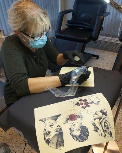 Viivi treenaa tatuointia