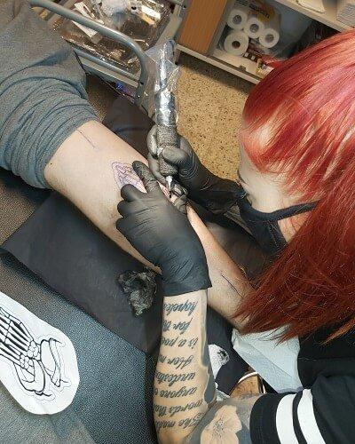 Marin eka tatuointi tekeillä