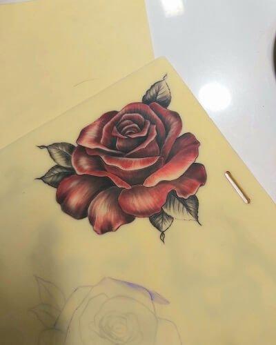 Värillinen ruusu tatuointi